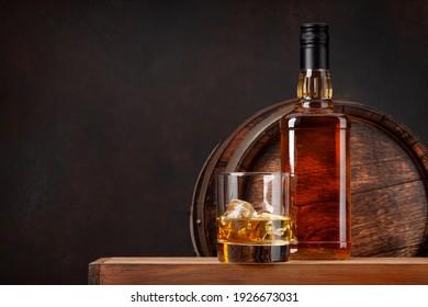 Scotch Whiskey Flasche, Glas und alten Holzfass. Mit Kopienraum