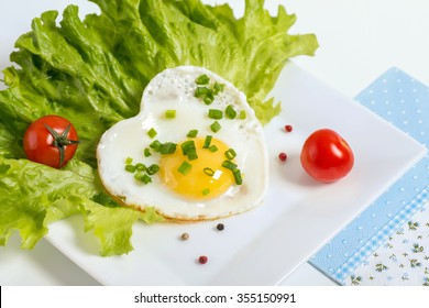 Scrambled eggs served with lettuce and tomato