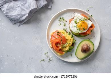 Räuchereier mit geräuchertem Lachs und Avocado auf Toast , Frühstücksbuffet