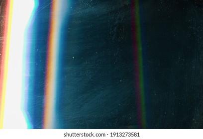 Überlagern. Löst den Flammeneffekt aus. Blaue verwitterte verblasste Glasoberfläche mit verschmierten Schmutz Flecken Staub Rauschen bunt Glühfehler.