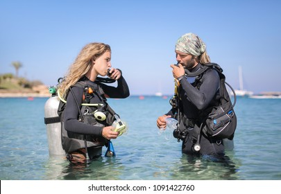 Scuba divers checking the air oxygen tank