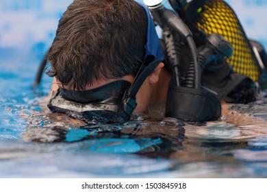 Scuba diving lesson with children trainee