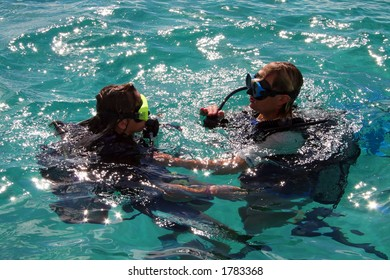 scuba diving lesson with trainee and instructor
