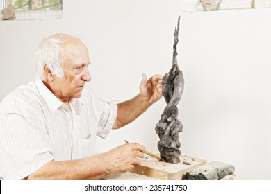 Sculptor tells about his sculpture in a workshop