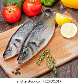 Seebarsch mit Gemüse und Zitrone