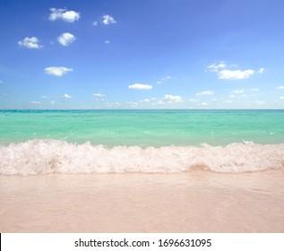 Sand und Himmel auf schönem Hintergrund des Sommers
