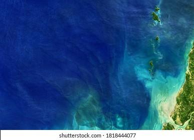 Meer aus dem All, detaillierte Erdoberfläche auf globalem Satellitenfoto. Luftbild des blauen Ozeans, tropische Küstengewässer für Naturstrukturhintergrund. Elemente dieses von der NASA bereitgestellten Bildes.