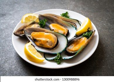 seafood mussels with lemon and parsley
