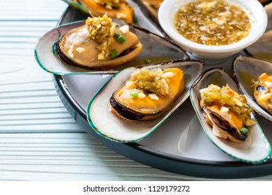 seafood mussels with spicy seafood sauce