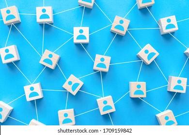 Nahtloses soziales Netzwerk oder die Verbindung von Menschen Konzept mit Holz-Quadrat-Block auf blauem Hintergrund