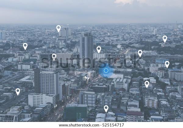 Suche nach Ort auf Karte und Pin über blauem Ton Stadtlandschaft und Netzwerkverbindung, Internet-Anschluss, Satellitennavigationssystem-Konzept