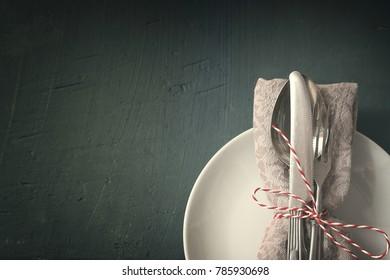 Seasonal table with dish, napkin and cutlery.