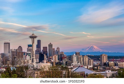 Seattle downtown skyline and Mt. Rainier at sunset from Kerry park. Washington
