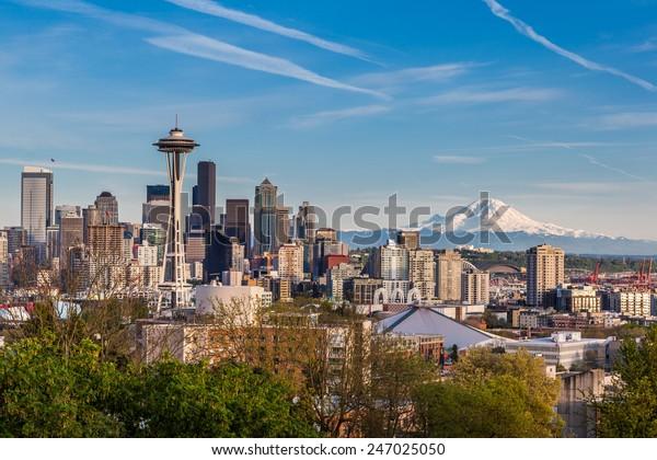 Seattle downtown skyline et Mt. Rainier, Washington.