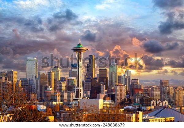 Skyline Seattle al atardecer, WA, EE. UU.