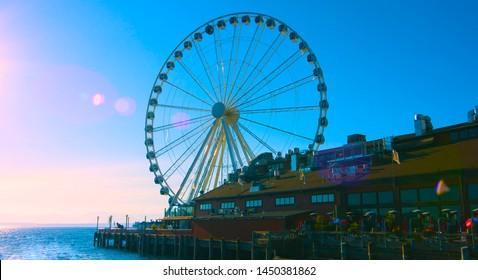 Seattle, Washington, USA (mai 5, 2019) A Seattle waterfront restaurant with the iconic Great Wheel in the background.