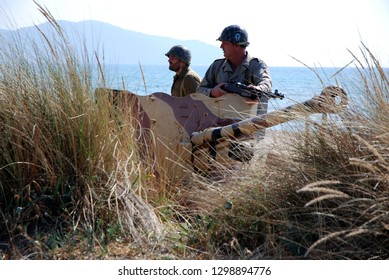 second world war us soldiers near italian anti-tank cannon deployed on the beach of paestum during historical re-enactment of salerno landing 1943 salerno italy 2018