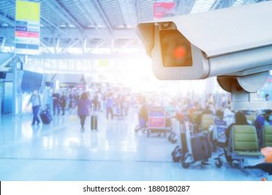 Sicherheitskamera oder CCTV-Kamera an einer Wand. Flughafen Check-in Bereich. ist einer der Sicherheitsbereiche des Flughafens. Sicherheitskameras innerhalb des Flughafenterminals zur verschiedenen inneren Sicherheit.