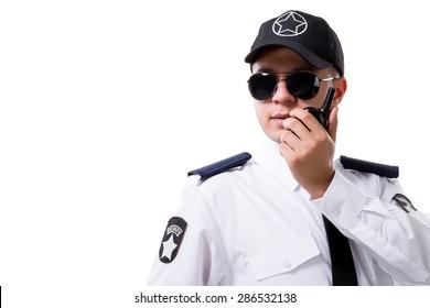 Beyaz arka planda telsizli güvenlik görevlisi.