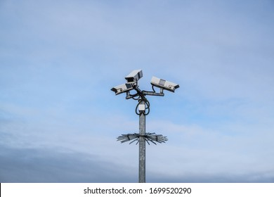 英国、イギリス、スパイクを持つ金属ポスト上のセキュリティ監視カメラ