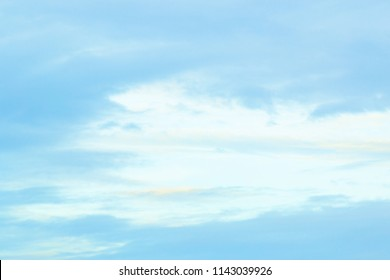 See the splendor of the air from the white clouds, blue sky