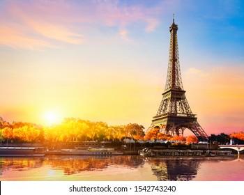 Seine en París con la Torre Eiffel en el amanecer