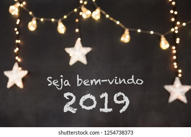 Seja bem-vindo in portuguese means Welcome in a black background with blurred lights and stars