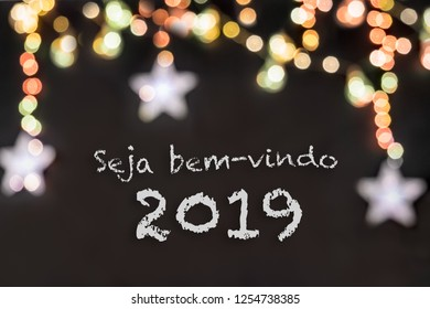 Seja bem-vindo in portuguese means Welcome in a black background with colorful and blurred lights and stars