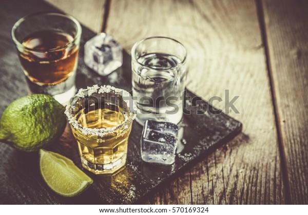 Выбор алкогольных напитков на деревенском фоне древесины