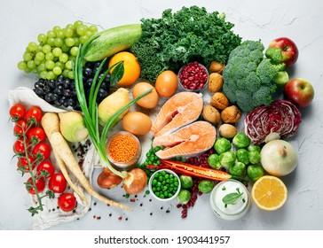 Auswahl von ökologischen, gesunden Produkten auf grauem Hintergrund. Detox und saubere Diät Konzept. Draufsicht, Kopienraum