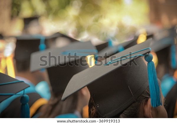 Focus selettivo Sulla Graduazione Cap Di Fronte Femminile Laureata In Inizio Cerimonia Row