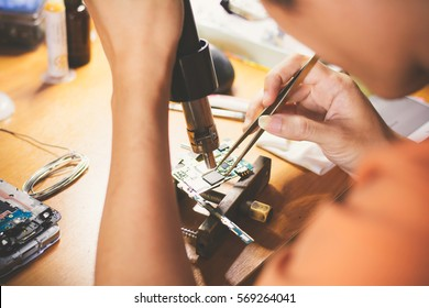 Selective focus repairing mobile phone