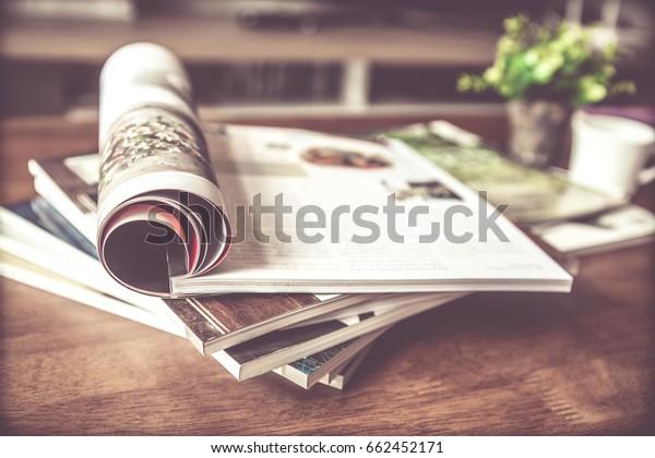 selektiver Fokus des Stapelmagazins auf Tisch im Wohnzimmer