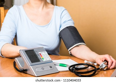 Self-contained blood pressure measurement at home