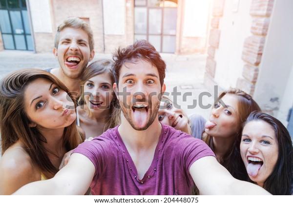Selfie! Jugendliche, die in der Stadt fotografieren