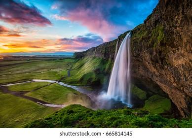 Отель Seljalandsfoss - Seljalandsfoss расположен в южном регионе Исландии, рядом с автомагистралью 1. Одна из интересных вещей этого водопада заключается в том, что посетители могут прогуляться за ним в небольшую пещеру.
