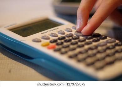 semi-macro d'une calculatrice casio, avec le mode examen comme demandé pour le bac de l'année 2018 (décision qui a finalement été reportée au bac 2019)