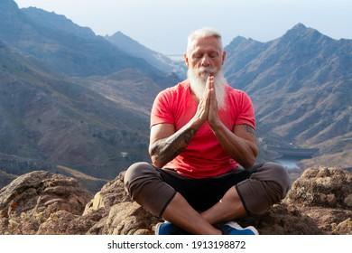 Seniorensportler Gruß Sonnenaufgang und meditierendes, gesundes Leben und gesundes Wohlbefinden