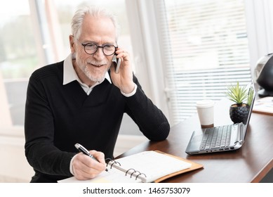 Senior businessman talking on mobile phone to make an appointment