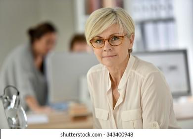 senior woman meeting 55 pof helyszíni találkozón franciaország