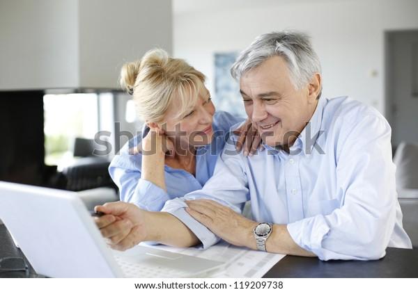 Couple âgé connecté à la famille sur Internet