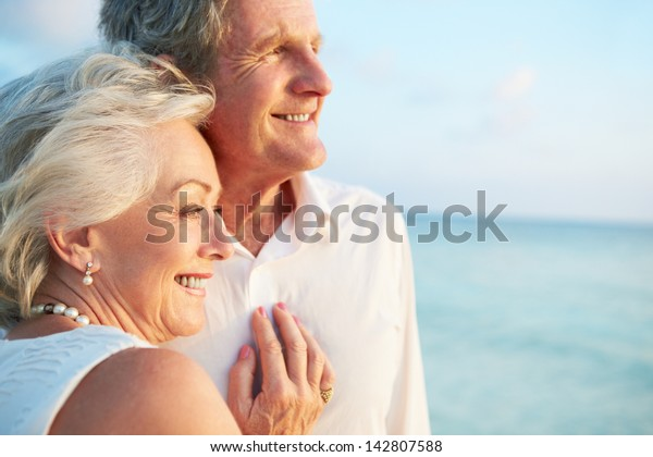 Seniorenkollegen in Strandzeremonie verheiratet