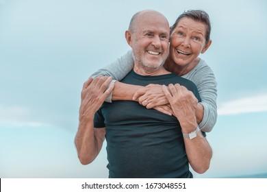 Seniorenpaar beim Strandtraining