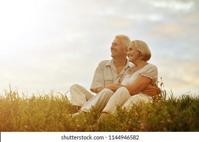 Seniorenpaar ruhen auf Sommerfeld