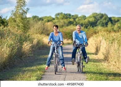 Ancianos en bicicleta