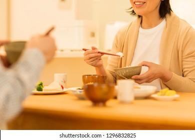 Senior couple who eats dinner