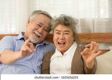 一緒に幸せに暮らす老夫婦は、子どもや孫が面倒を見ることなく、お互いに気を使い合う。