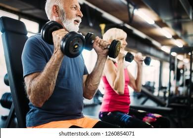 Homme et femme en forme faisant des exercices en salle de sport pour rester en bonne santé