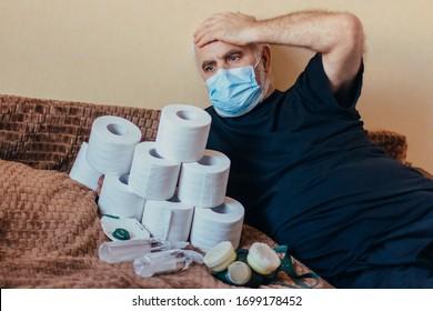 Hochrangiger Mann in Gesichtsmaske, der einen Haufen Toilettenpapier mit sich führt und den Kopf klopft und sich um Lebensmittelmangel und den hohen Preis für lebensnotwendige Güter sorgt. schockiert und überrascht über die Liste der Abhilfemaßnahmen