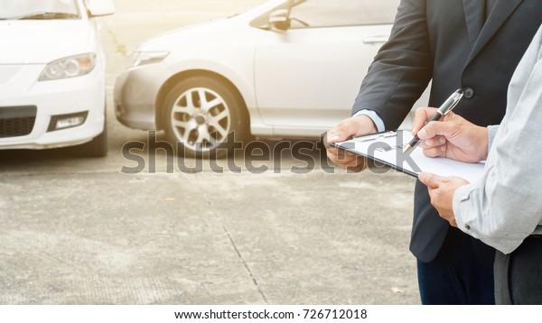 Verfahren zur Beantragung eines Schadenersatzanspruchs bei einem hohen Mann und einem Versicherungsvertreter nach einem Autounfall